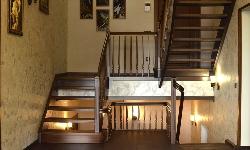 Маршевая лестница с изогнутыми косоурами