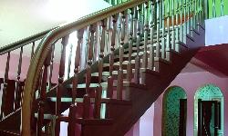 Маршевая лестница с изогнутым косоуром и поручнем
