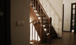 """Лестница маршевая """"утиный шаг"""" в таунхаусе"""